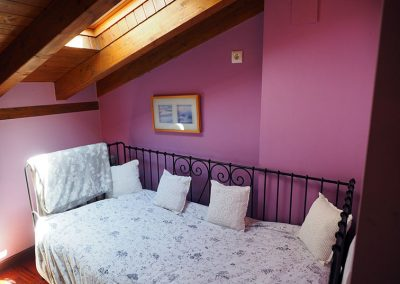 cama-supletoria-habitacion-morada-buhardilla