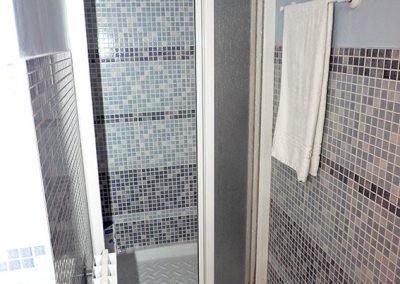 ducha-baño-azul